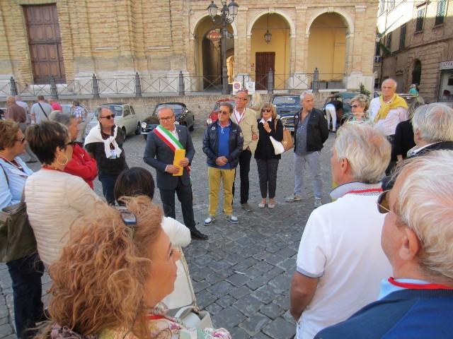 Il sindaco di Treia Franco Capponi accoglie le auto in piazza